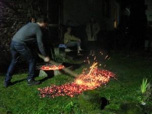 Feuerlauf 01.2013: Vorbereiten des Glut-Teppichs