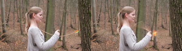 Teilnehmerin zerbricht mit ihrem Hals einen Holzpfeil. Dies ist eine Vorbereitungsübung für den Feuerlauf